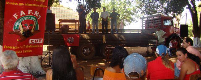 Pedro Kemp participa da entrega de lotes da agricultura familiar.