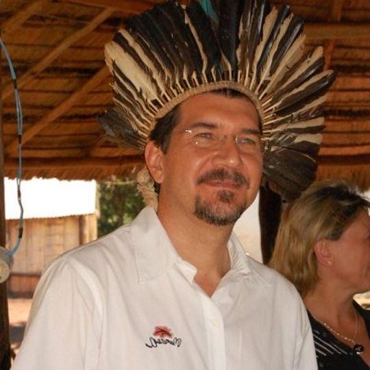 Deputado Pedro Kemp recebe um cocar dos indígenas