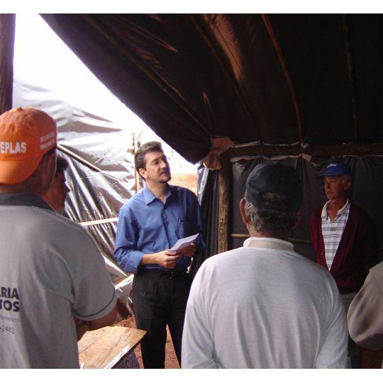 Pedro Kemp com os trabalhadores rurais, em Caarapó