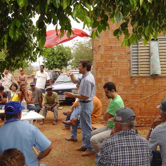 Pedro Kemp em conversa com os agricultores familiares