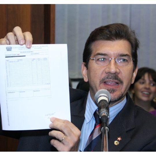 Deputado protesta contra o valor da agenda escolar distribuída pelo governo