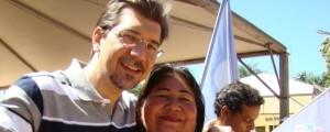 No Dia 8 de março, Kemp recebe o abraço das militantes petistas