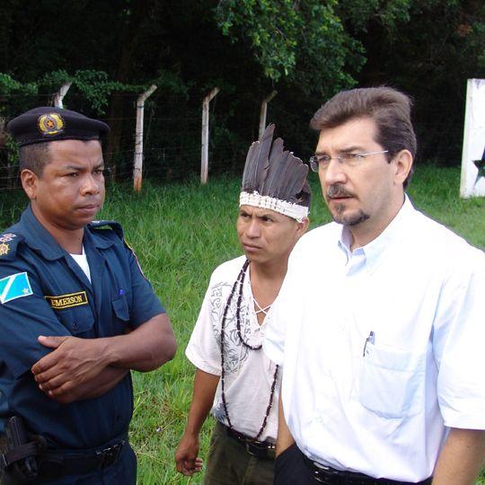 Pedro Kemp negocia com policiais para que haja manifestação pacífica de indígenas