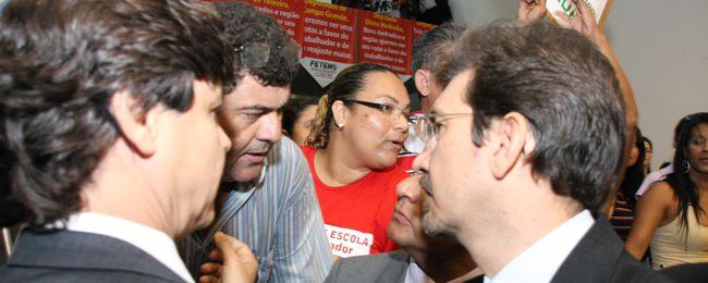 Pedro Kemp ouve reivindicação dos servidores públicos do Estado.