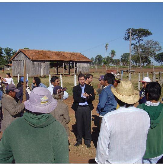 Parlamentar conversa com lideranças durante visita às aldeias de Dourados