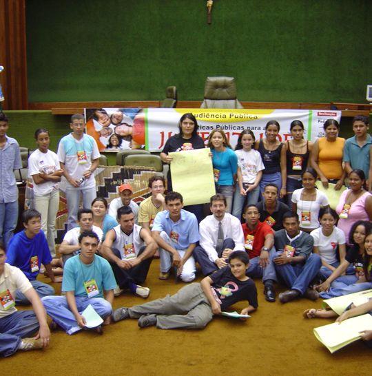 Pedro Kemp e os participantes da audiência sobre políticas para juventude