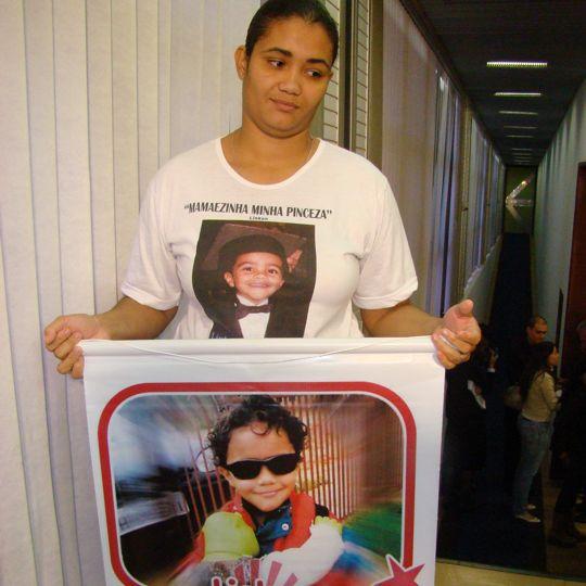 Fernanda exibe a foto do filho, morto em decorrência da meningite