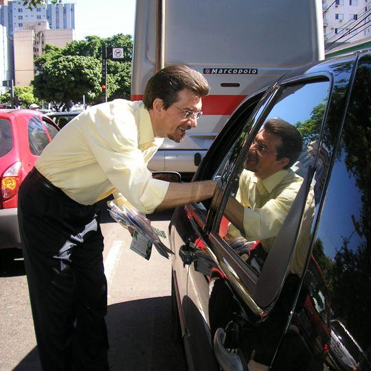 Kemp aborda motoristas para entregar material de conscientização ambiental