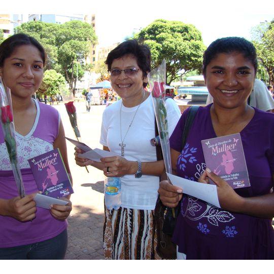 Mulheres recebem cartilha sobre direitos, uma publicação do mandato.
