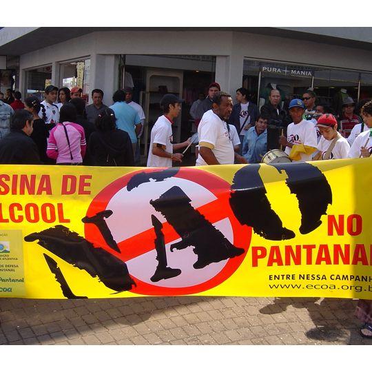 Manifestantes protestam contra usinas de álcool no Pantanal